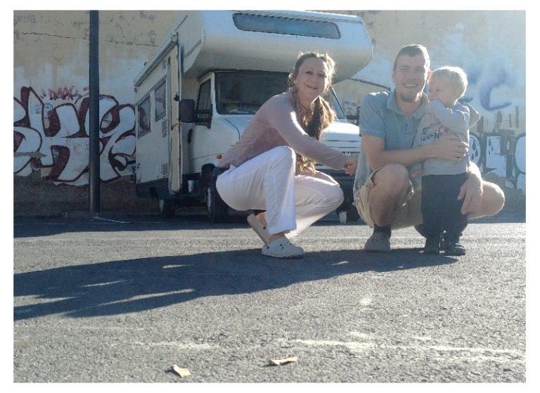 Vater, Mutter und KInd vor dem Wohnmobil