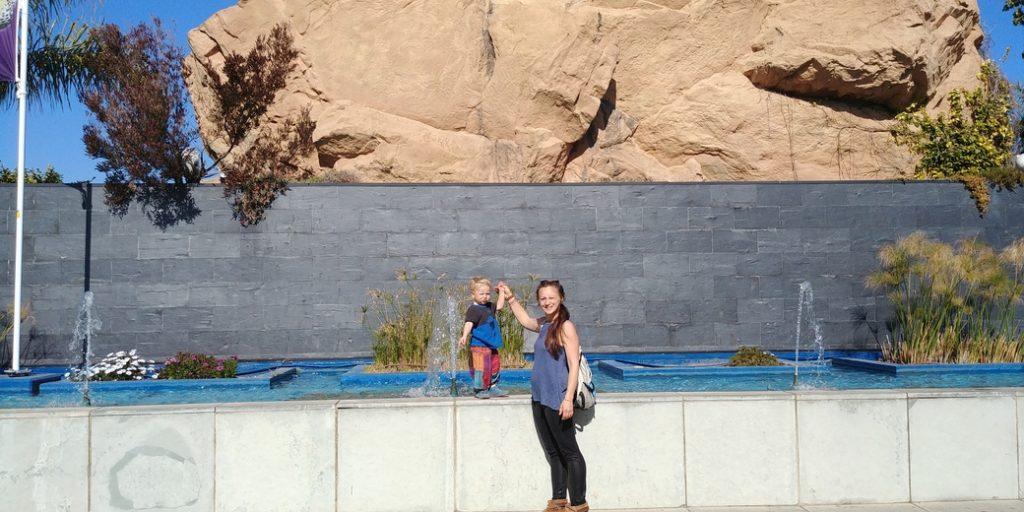 Oceanografik außen mit Frau und Kind
