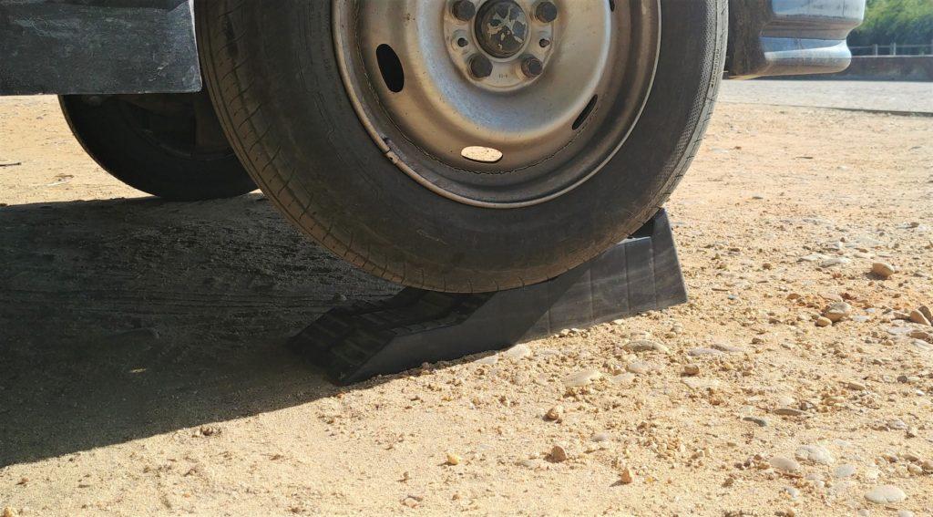 Stufenkeil unter dem Reifen